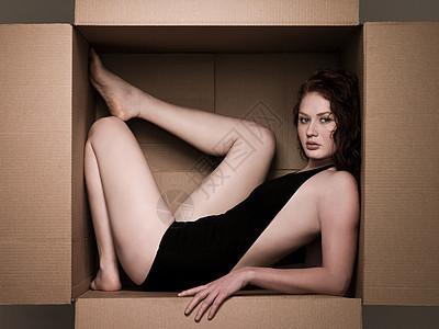 纸箱里的年轻女人图片