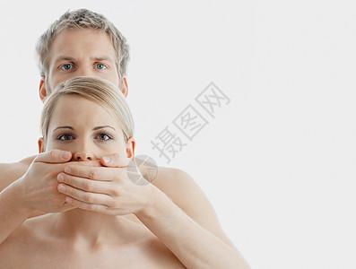 男人遮住女人的嘴图片
