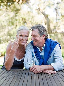 老年夫妇户外喝酒图片
