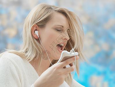 戴耳机听歌的女人图片