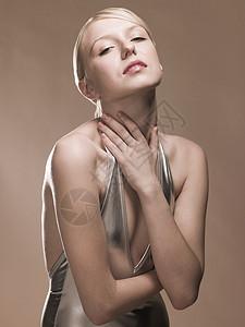 年轻女子摸脖子图片