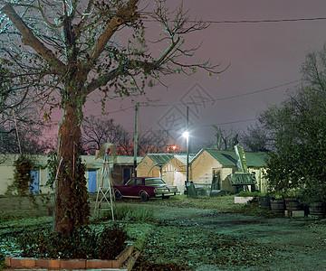 美国德克萨斯州黄昏时分小屋外的汽车图片