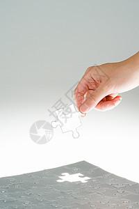 玩拼图块的人图片