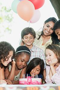 孩子们在生日聚会上吃蛋糕图片