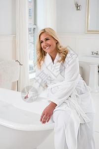 准备洗澡的女人图片