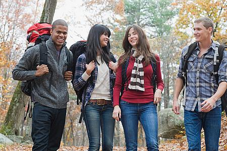 年轻人徒步穿越森林图片