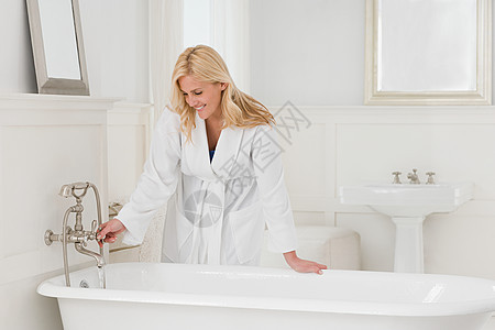洗澡的女人图片