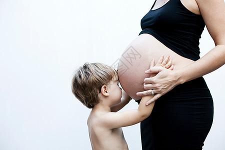 怀孕母亲和男孩图片