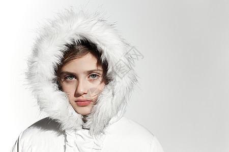 穿白色外套的女孩图片
