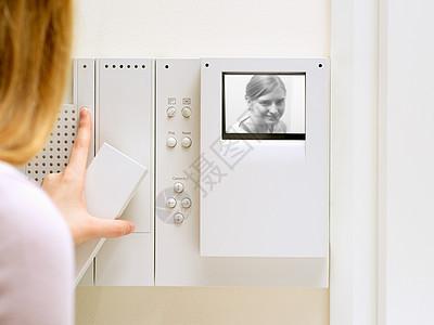 使用对讲机的人图片