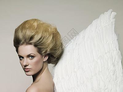 穿天使翅膀的年轻女子图片