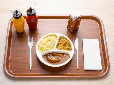 托盘上的餐图片