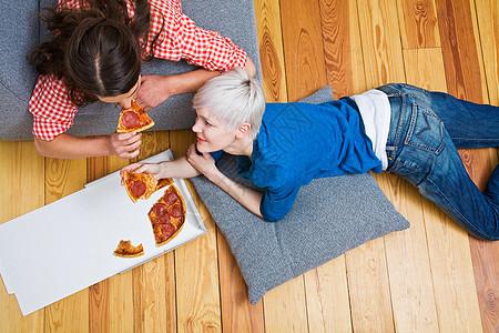 吃披萨的女性图片