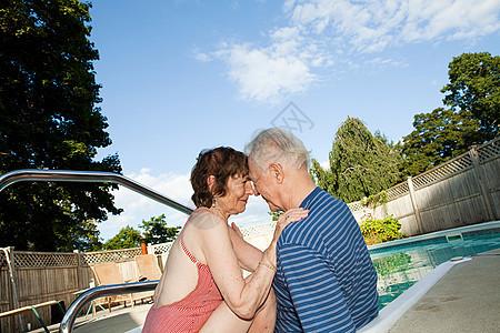 游泳池边的老夫妻图片