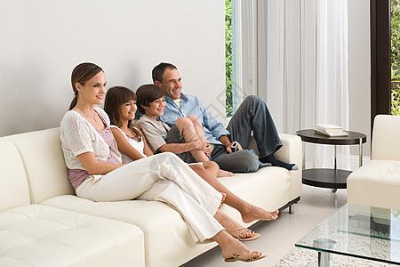 家人在沙发上放松图片