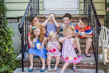 吃冰淇淋的小朋友图片