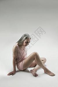坐在地板上的老太太图片
