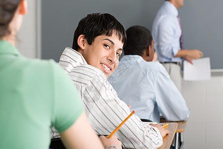 课堂上回头的男生图片