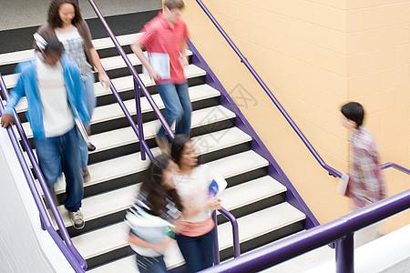 楼梯上的学生图片