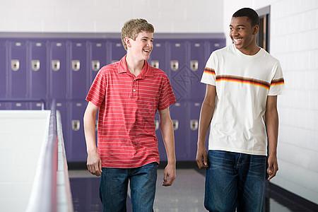 学校走廊里的学生图片
