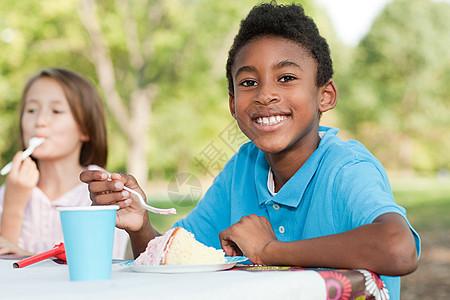 吃蛋糕的小朋友图片