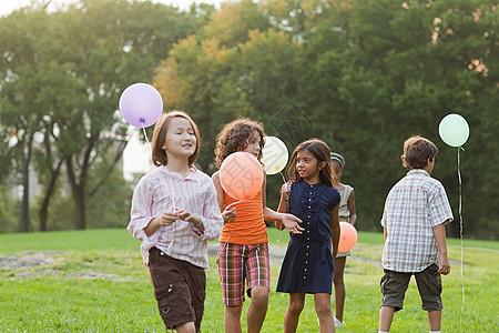 拿着气球的孩子们图片