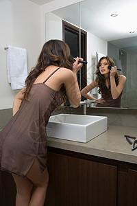 化妆的女人图片