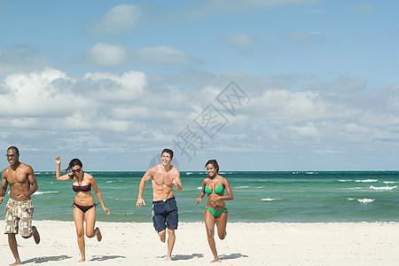 在海滩上跑步的朋友图片