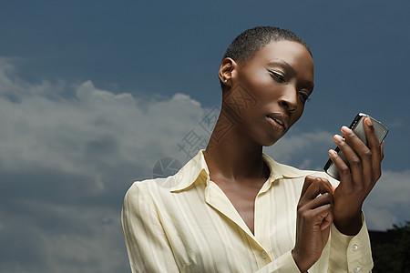 非洲女商人看手机图片