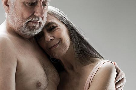 老年夫妇拥抱图片