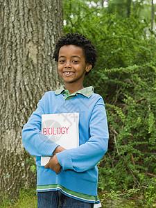 一个拿着书的男孩图片