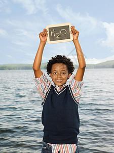 举着滑板的小男孩图片