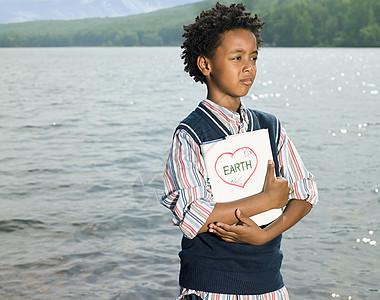 抱着书本的男孩子图片