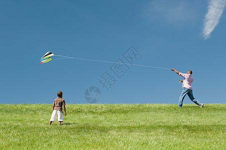 玩风筝的父子图片