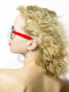 戴眼镜的年轻女子的后背图片