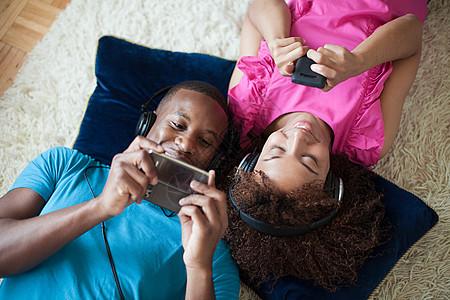 玩手机的情侣图片
