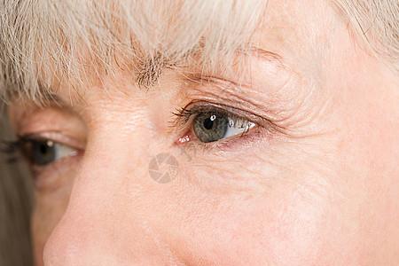 老年妇女的眼睛特写图片