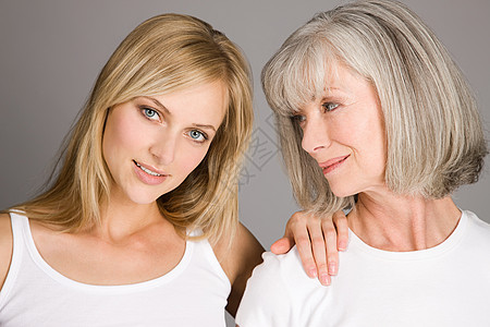 青年妇女和老年妇女图片
