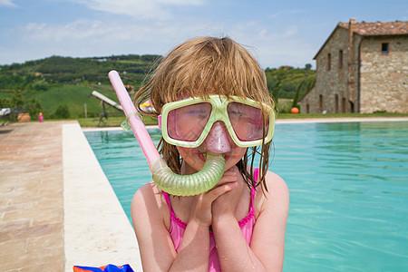 游泳池旁的女孩,带着通气管图片