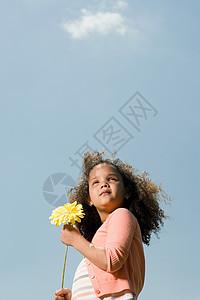 拿着花的女孩子图片