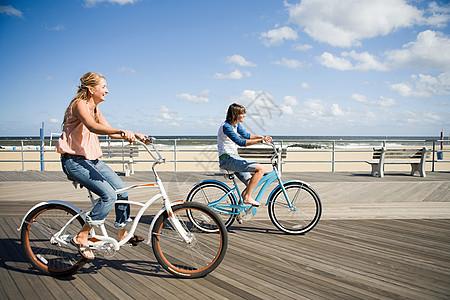 两个女人在路上骑车图片