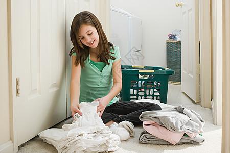 整理衣服的女孩图片