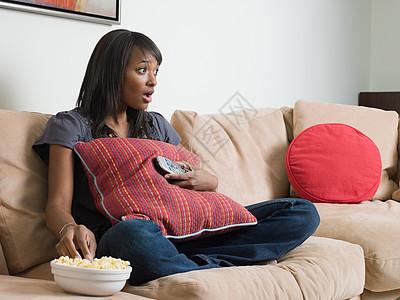 看电视的年轻女子图片