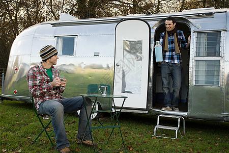 男孩和一辆大篷车图片
