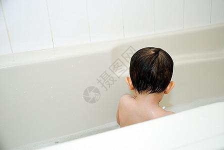 在浴缸里洗澡的男婴图片