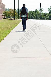 在人行道行走图片