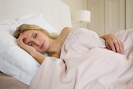 正在睡觉的女子图片