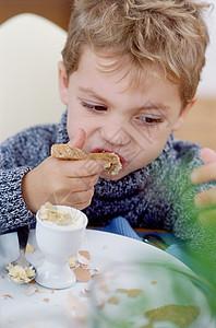 男孩吃早餐图片