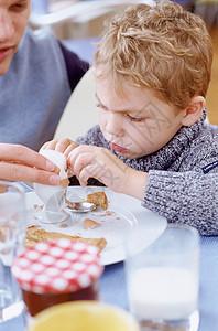 男孩正在吃早餐图片