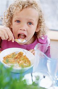 女孩正在吃早餐图片